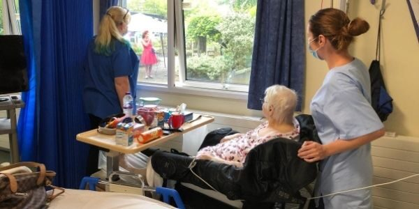 Musical duo entertains patients and staff on 75th Anniversary of VJ Day