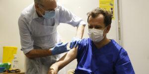 Prof Andrew Pollard vaccinates Dr Nick Broughton